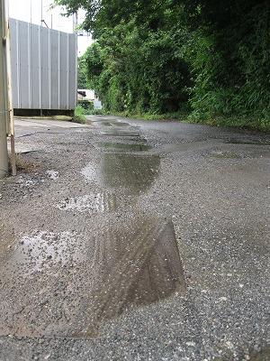 鉄板が滑るという通学路