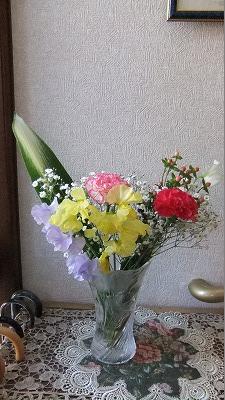 自宅玄関。花屋のマスターが言います。花は癒しグッズの頂点と。
