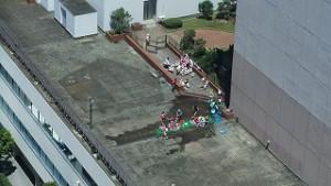 屋上で水遊び・・ビル内保育園(習志野市)