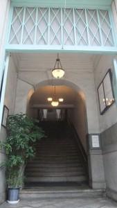 階段から通路が左右に伸び、事業所が使用している。
