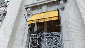 ここは多分 紳士服の店。黄色がアクセントに。