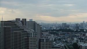 遠くに秩父方面の山々を望む。校舎の窓から
