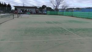 ツギハギだらけのテニスコート。なぜ張り替えない?