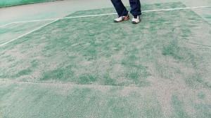 ツギハギ部分は高さが違い、転びやすいし、ボールがイレギュラーにはねる。