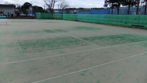 ツギハギ補修のテニスコート