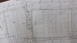 テニスコート図面の拡幅範囲を示す。真ん中が解体し新設する休憩所