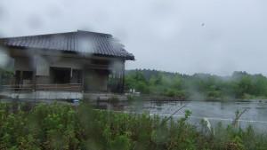 津波で集会所の半分が流されたそのままの姿。取り壊し作業はできず。