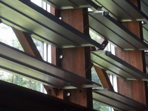 光を施設の奥まで届かせる反射窓。