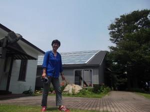 屋根に乗せた装置で太陽熱を集めて水を温める