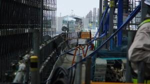市鎌ケ谷駅ホームから間近に北初富駅を望む。