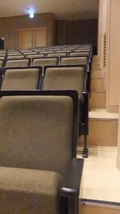 ホール両サイドに通路がなく、座席が脇まで詰め込まれている