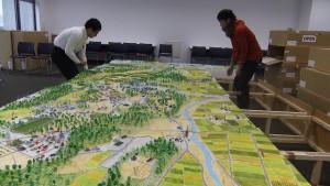 NHKの大道具さんに協力してもらったという仮設土台にジオラマを設置する。