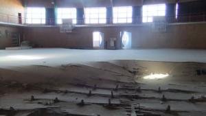 津波被害の海より地域には、小学校の校舎がそのままに。窓からは福島第一原発が見える。