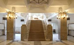 中央の大理石階段を使い、職員は執務している。