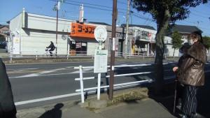 唯一お客さんのいたバス停・・ここは木陰がある